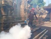 Aktivitas fogging mandiri yang dilakukan oleh Satgas Gotong Royong Desa Adat Sema, Desa Pering, Kecamatan Blahbatuh, Gianyar, Selasa (21/4/2020) - foto: Catur/Koranjuri.com