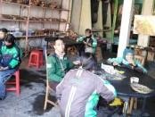 Pengemudi ojol menikmati santapan makan siang di Posko Makan Gratis yang didirikan Persaudaraan Hindu Muslim Bali (PHMB) - foto: Koranjuri.com