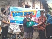 Kepala SMKN 8 Purworejo, Wahyono, S.Pd M.Pd, saat menyerahkan bantuan sembako bagi warga kurang mampu terdampak Covid-19, Rabu (22/4/2020) - foto: Sujono/Koranjuri.com