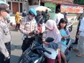 Kapolsek Banyuurip, Iptu Beny Murtopo, saat memimpin baksos pembagian ratusan masker gratis, dalam rangka pencegahan penyebaran Covid-19, Rabu (22/4/2020) - foto: Sujono/Koranjuri.com