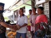 Slamet Riyanto, saat memberikan bantuan pada keluarga Pariman Edi Gombloh di  Kelurahan Semawung Daleman, RT 1 RW 5, Kutoarjo - foto: Sujono/Koranjuri.com