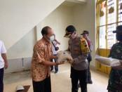 Kapolres Purworejo, AKBP Rizal Marito, saat menyerahkan bantuan paket sembako kepada para pengurus rumah ibadah (klenteng, gereja, wihara) yang ada di Kabupaten Purworejo, Senin (18/5) - foto: Sujono/Koranjuri.com