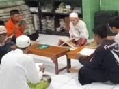 Pelaksanaan prosesi Khatam Al Qur'an 25 warga binaan Rutan Purworejo, Jum'at malam (22/5/2020) - foto: Sujono/Koranjuri.com