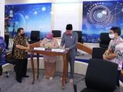 Penandatanganan berita acara penyerahan LHP LKPD oleh Wakil Bupati Purworejo Yuli Hastuti dan Ketua DPRD Purworejo Dion Agasi Setiyabudi, Selasa (26/5/2020) - foto: Sujono/Koranjuri.com