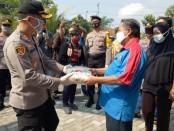 Kapolres Purworejo AKBP Rizal Marito, saat memberikan bantuan paket sembako kepada para buruh di Purworejo, Jum'at (1/5/2020) - foto: Sujono/Koranjuri.com