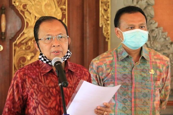 Gubernur Bali Wayan Koster didampingi Sekretaris Daerah (Sekda) Provinsi Bali Dewa Made Indra memberikan keterangan resmi terkait Perda No.3 Tahun 2020 di Jayasabha, Denpasar, Jumat, 29 Mei 2020 - foto: Istimewa