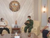 Pangdam IX/Udayana Mayjen TNI Benny Susianto, menerima kunjungan Gubernur Bali I Wayan Koster didampingi Bupati Gianyar  I Made Mahayastra, pada Selasa (5/5/2020) di ruang tamu Pangdam IX/Udayana, Denpasar - foto: Istimewa