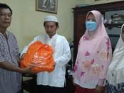Pembagian sembako dari Kementerian Sosial langsung kepada sebagian warga Mangunjaya Indah 2, khususnya RT 03 RW 15, Kelurahan, Mekarsari  Tambun Selatan, Bekasi - foto: Bob/Koranjuri.com