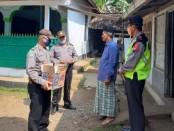 Pemberian bantuan sembako bagi para guru ngaji, marbot dan takmir di dua desa, Jrakah dan Bringin, dipimpin oleh Kapolsek Bayan Iptu Sarbini, Rabu (6/5/2020) - foto: Sujono/Koranjuri.com