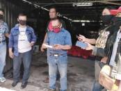 Perkumpulan Jurnalis Indonesia Demokrasi (PJID) Provinsi Bali membagikan sembako kepada masyarakat san kelompok jurnalis, Kamis, 7 Mei 2020 - foto: Koranjuri.com