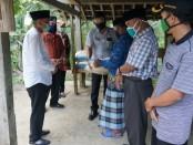 Bupati Purworejo Agus Bastian, memberikan bantuan beras pada sejumlah pondok pesantren di Kabupaten Purworejo, Jum'at (8/5/2020)  - foto: Sujono/Koranjuri.com