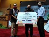 Kepala Bank Indonesia Bali Trisno Nugroho (kiri), anggota komisi XI DPR RI I Gusti Agung Rai Wirajaya (tengah) menyerahkan secara simbolis bantuan kepada organisasi pers PWI yang diterima ketua PWI Bali IGMB Dwikora Putra, Selasa, 12 Mei 2020 - foto: Koranjuri.com