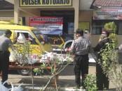 Bakti sosial Polsek Kutoarjo, bagikan puluhan paket sembako untuk para sopir angkot, Jum'at (15/5) pagi - foto: Sujono/Koranjuri.com