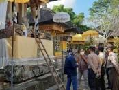 Petugas kepolisian dari Polsek Ubud saat melakukan penyelidikan di TKP Pura Taman Limut beberapa waktu lalu - foto: Catur/Koranjuri.com