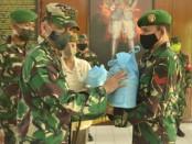 Danrem 163/Wira Satya Kolonel Inf Husein Sagaf, menyerahkan 62 paket bingkisan hari raya Idul Fitri kepada prajurit - foto: Istimewa