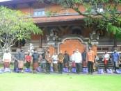 Penyaluran bantuan sembako oleh Gubernur Bali Wayan Koster kepada warga di Denpasar yang terdampak, tetap mengikuti protokol jarak fisik - foto: Istimewa
