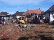 Petugas dari BPBD Gianyar yang dibantu oleh masyarakat setempat saat membersihkan sisa-sisa pohon yang tumbang serta membersihkan puing-puing bangunan di Pura Jagatnatha Ketewel yang rusak, Jumat (22/5/2020) pagi - foto: Catur/Koranjuri.com