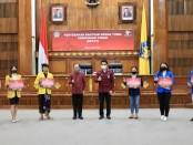 Gubenur Bali Wayan Koster merealisasikan Bantuan Sosial Tunai Uang Kuliah untuk mahasiswa PTN/PTS di Bali, Selasa, 9 Juni 2020 - foto: Istimewa