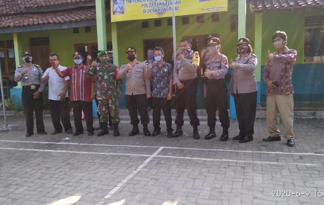 Tim Penilai Lomba Bhabinkamtibmas Polda Jateng yang diketuai AKBP Drs Muhammad Toha, MM, berfoto bersama usai mengadakan kunjungan ke Desa Kuwurejo - foto: Sujono/Koranjuri.com