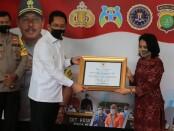 Menteri Pemberdayaan Perempuan dan Perlindungan Anak (PPPA) Gusti Ayu Bintang menyerahkan penghargaan kepada Polda Metro Jaya, Selasa (24/6/2020) - foto: Istimewa