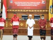 Gubernur Bali Wayan Koster secara simbolis memberikan bantuan stimulus kepada koperasi yang ada di Bali. Bantuan diberikan sebagai bagian dari paket kebijakan Percepatan Penanganan Covid- 19 di Provinsi Bali - foto: Istimewa