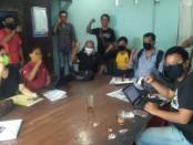 KJG menggelar rapat membahas sikap oknum masyarakat yang menjatuhkan kerja jurnalistik, di Kantor Dinas Komunikasi dan Informasi Gianyar, Jumat (5/6/2020) - foto: Catur/Koranjuri.com