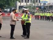 Kapolda Metro Jaya  Irjen Pol. Nana Sudjana memberikan penghargaan kepada 3 anggota Ditlantas Polda Metro Jaya - foto: Istimewa