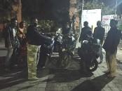 Sepeda motor milik pelaku balapan liar ketika diamankan oleh petugas kepolisian dari Polsek Ubud, Selasa (9/6/2020) dinihari - foto: Catur/Koranjuri.com