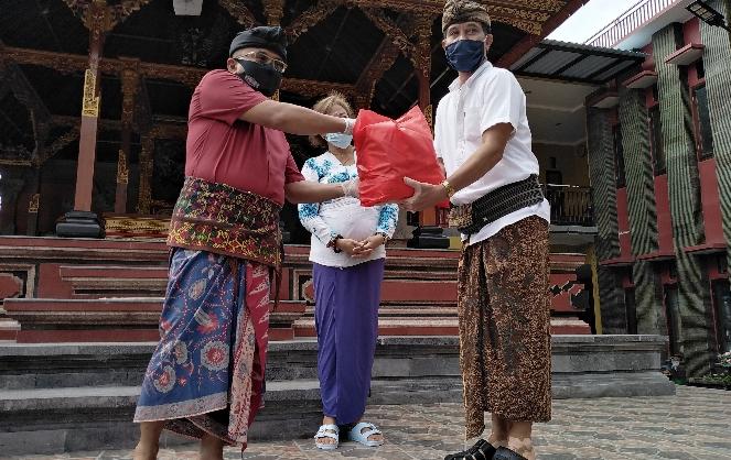 Anggota komisi XI DPR RI fraksi PDIP asal Bali I Gusti Agung Rai Wirajaya secara simbolis menyerahkan bantuan kepada perwakilan organisasi/kelompok masyarakat, Sabtu, 13 Juni 2020 - foto: Koranjuri.com