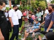 Bantuan sembako dari Pramuka Kwartir Cabang Gianyar dan bantuan kursi roda dari BPD cabang Gianyar, diserahkan Bupati Mahayastra secara simbolis di Kantor Bupati Gianyar, Rabu (17/6/2020) - foto: Catur/Koranjuri.com