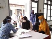 Kepala SMKN 3 Purworejo, Samsiyah, S.Pd, saat meninjau ruang informasi dan konsultasi PPDB online, Rabu (17/6/2020) - foto: Sujono/Koranjuri.com