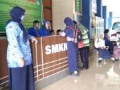 Kepala SMKN 1 Purworejo, Dra Indriati Agung Rahayu, MPd, saat memantau bagian informasi PPDB online, Rabu (17/6/2020) - foto: Sujono/Koranjuri.com