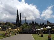 Pura Besakih dengan latarbelakang Gunung Agung - foto: Koranjuri.com