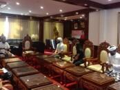 Pemilik Pusat spiritual yoga House of Om Bali Wissam Berakeh meminta maaf  saat bertemu Bupati Gianyar I Made Mahayastra, Selasa, 23 Juni 2020 - foto: Catur/Koranjuri.com
