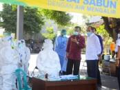 Sekda Provinsi Bali Dewa Made Indra bersama Kadis Kesehtan Bali I Ketut Sujaya meninjau pelaksanaan rapid test massal terhadap pedagang di Pasar Galiran, Klungkung, Selasa, 23 Juni 2020 - foto: Istimewa