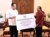 Ketua MPR RI Bambang Soesatyo secara simbolis menyerahkan bantuan 5.000 rapid test kit kepada Pemprov Bali yang diterima Gubernur Wayan Koster, Rabu, 24 Juni 2020 - foto: Istimewa