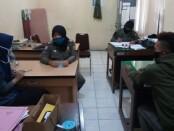 Kedua pelajar SMK yang terjaring razia Satpol PP Purworejo, saat menjalani pemeriksaan - foto: Sujono/Koranjuri.com