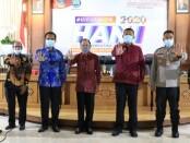Gubernur Bali Wayan Koster mewakili Kepala Badan Narkotika Nasional (BNN) RI menyerahkan penghargaan pelaksanaan Pencegahan Pemberantasan Penyalahgunaan dan Peredaran Gelap Narkoba (P4GN) - foto: Istimewa