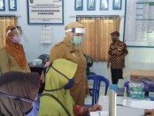 Wabup Purworejo Yuli Hastuti, saat meninjau pelaksanaan layanan KB di balai penyuluh KB Kecamatan Kemiri, Senin (29/06/2020), dalam peringatan Harganas ke 27 tingkat Kabupaten Purworejo - foto: Sujono/Koranjuri.com