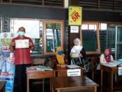 Kepala SMK PN Purworejo, Sugiri, S.Pd, dan Kepala SMK PN-2, Rakhmi Widayanti, S.Sos, saat berada di ruang pendaftaran, Selasa (30/06/2020) - foto: Sujono/Koranjuri.com
