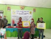 Pemberian bantuan modal usaha dari Forum CSR kepada pengusaha mikro di aula Balai Desa Pura, Karangmalang, Sragen - foto : Istimewa