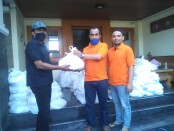 Penyerahan sembako dari relawan KPRI -1 kepada perwakilan warga di kampung Sendang Mulyo - foto: Koranjuri.com