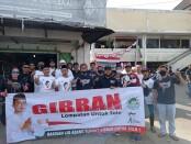 Dua organ relawan Gibran, BBS dan semut ireng saat aksi kemanusian membagikan masker dan hand sanitizer - foto: Koranjuri.com