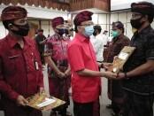 Gubernur Bali Wayan Koster menyerahkan penghargaan kepada 15 koperasi berkinerja baik saat peringatan Hari Koperasi ke-73 dan UMKM Nasional ke-5 Tahun 2020, Selasa, 14 Juli 2020 - foto: Koranjuri.com