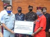 Gubernur Bali Wayan Koster menerima secara simbolis penyerahan bantuan 500 paket bahan pangan dari PT Jasa Raharja - foto: Istimewa