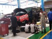 Mobil Toyota Alphard, menjadi salah satu konsumen dalam program Nasmoco Go to School di SMKN 6 Purworejo, Kamis (02/07/2020) - foto: Sujono/Koranjuri.com