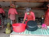 Aktivitas memasak di Yayasan Kasih Inspirasi Mandiri atau Women Centre yang berlokasi di Banjar Selasih, Desa Puhu, Kecamatan Payangan Gianyar, Jumat (3/7/2020) - foto: Catur/Koranjuri.com