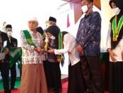 Pengasuh Pondok Pesantren An Nawawi Berjan, KH Achmad Chalwani, saat memberikan penghargaan pada para siswa berprestasi, dalam Wisuda Purnasiswa MA An Nawawi angkatan ke XVII, Kamis (09/07/2020), didampingi Kepala MA An Nawawi, H. Sahlan, SAg, MSi - foto: Sujono/Koranjuri.com