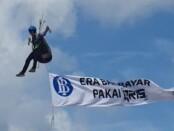 Pemain paralayang di Pantai Pandawa Desa Kutuh, Kuta Selatan, Kabupaten Badung, membawa bendera saat peresmian destinasi wisata tersebut sebagai Kawasan Wisata Pantai Digital berbasis QRIS, Sabtu, 11 Juli 2020 - foto: Istimewa