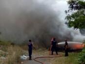 Petugas Damkar ketika memadamkan api yang membakar tumpukan ban bekas di Jalan Bypass Ida Bagus Mantra, Banjar Rangkan, Ketewel Gianyar, Selasa (14/7/2020) kemarin sore - foto: Catur/Koranjuri.com